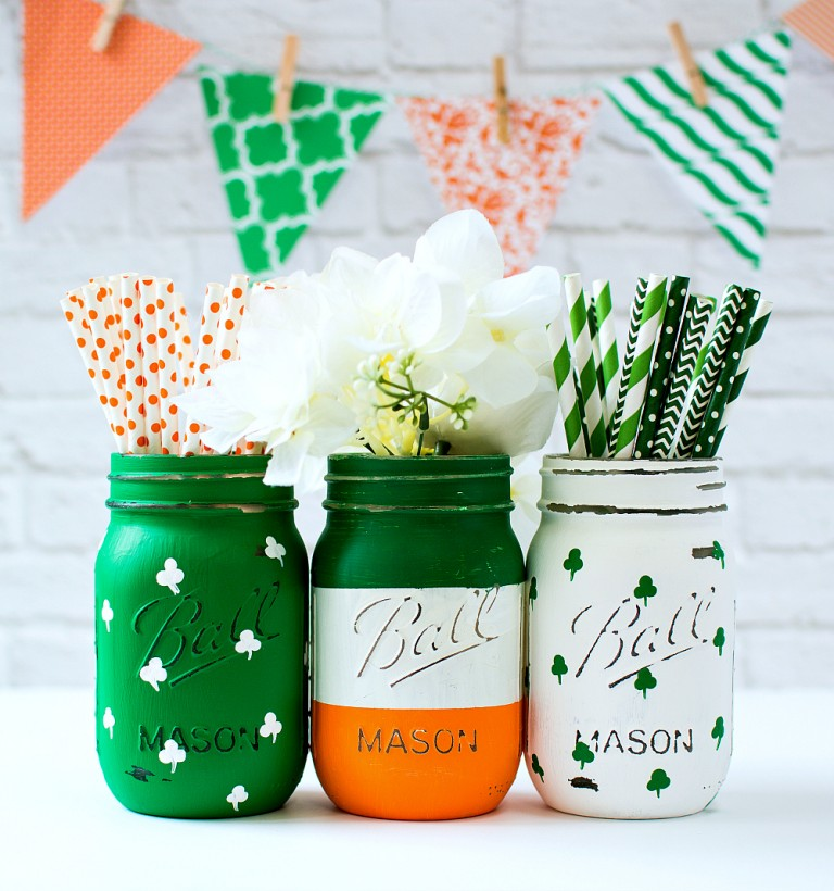 St. Patrick's Day Irish Flag and Painted Shamrock Mason Jars via Mason Jar Crafts Love | http://www.roseclearfield.com