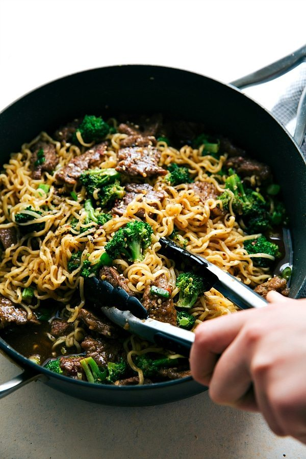 Back to School Healthy Lunches for Adults - Skillet Beef and Broccoli Ramen via Chelsea's Messy Apron | http://www.roseclearfield.com