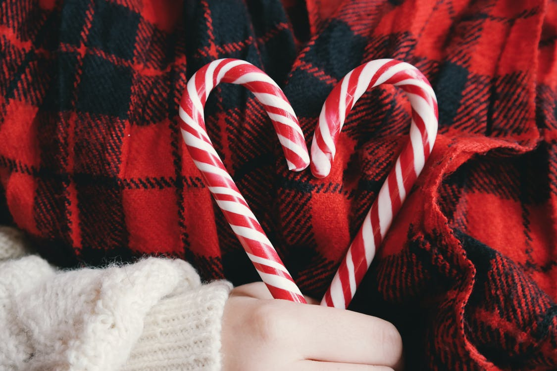 20 Creative Holiday Photo Ideas - Candy Cane Heart by Brigitte Tohm via Pexels | https://www.roseclearfield.com
