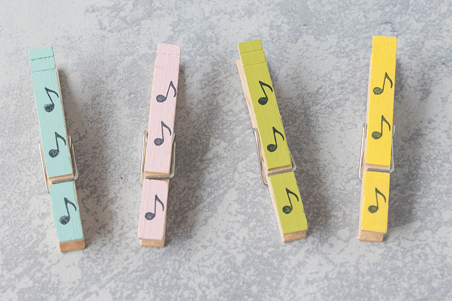 Painted, stamped DIY clothespin magnets with acrylic paint and a tiny music note stamp from Etsy shop norajane. #DIY #clothespins #musiccraft | https://www.roseclearfield.com