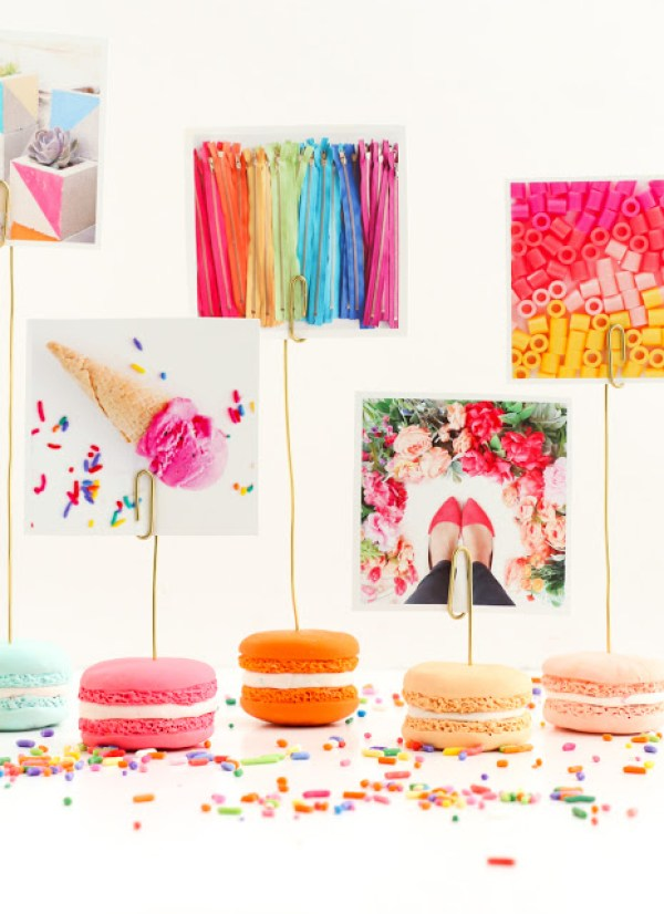 Faux macaron photo holders via A Kailo Chic Life. These macarons are so realistic! Such a whimsical home decor item. #fauxmacaron #photoholder #DIY | https://www.roseclearfield.com