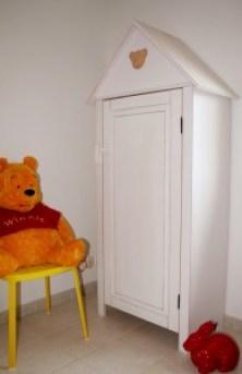 Bibliothèque enfant dans ancienne armoire de bébé