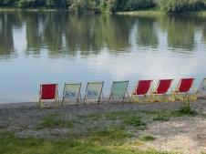 Liegestühle am Donaustrand