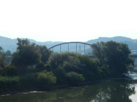 Die Autobahnbrücke mit Mariä Himmelfahrt im Hintergrund