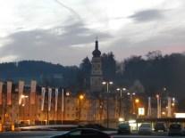 Mariä Himmelfahrt hinter den Wohnblöcken der Werftstraße