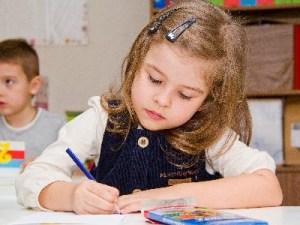 девочка на уроке письма