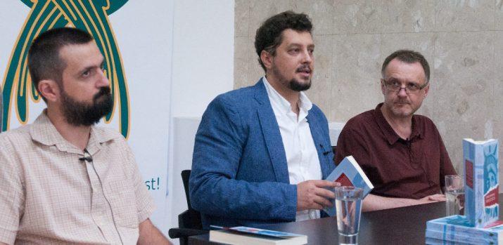 nsarea cărţii, la Casa cu Rost, pe 23 Iunie a.c. De la stînga: Ciprian Voicilă, Claudiu Târziu şi Sorin Lavric.