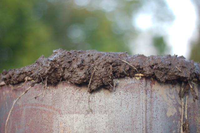 Kväv förbränningen genom att täta med lera i botten och på toppen