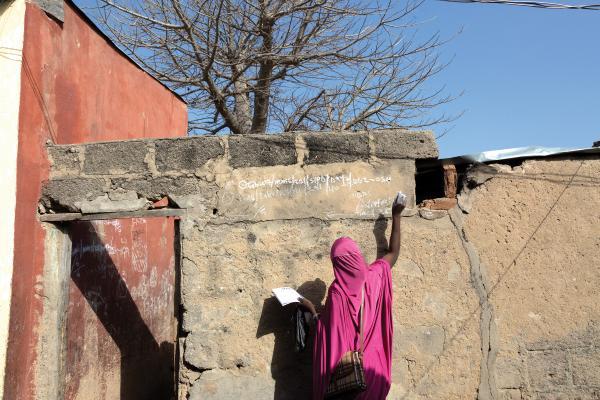Voluntarios vacunan contra la polio a los niños de Maiduguri (Nigeria). Para ello marcan las casas que ya han visitado.