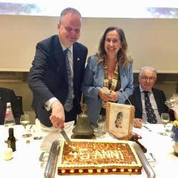Il taglio della torta per i 45 anni del Rotary Club Firenze Nord (da sin. Eike Schmidt, Antonia Antinolfi, Enrico Bosi)