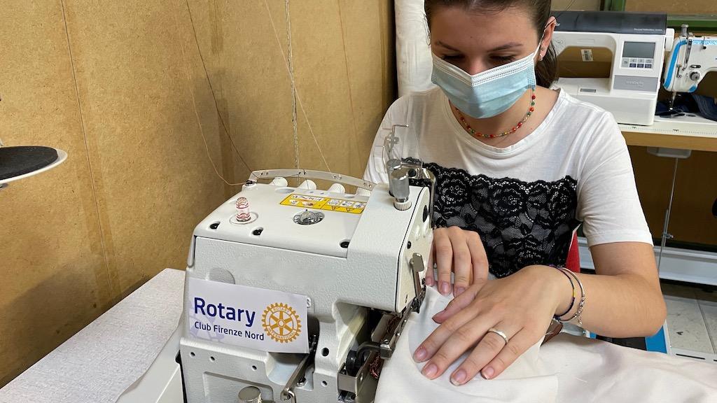 Federica Giardino, la giovane sarta ai lavoro con una delle macchine messe a disposizione dal Rotary Firenze Nord