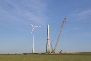 Eine neue Windkraftanlage wird im Offenland errichtet. @ pixeldiversity