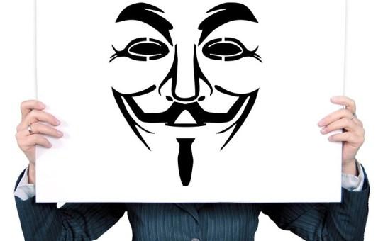 cartello di anonymus occulta il volto di chi lo tiene