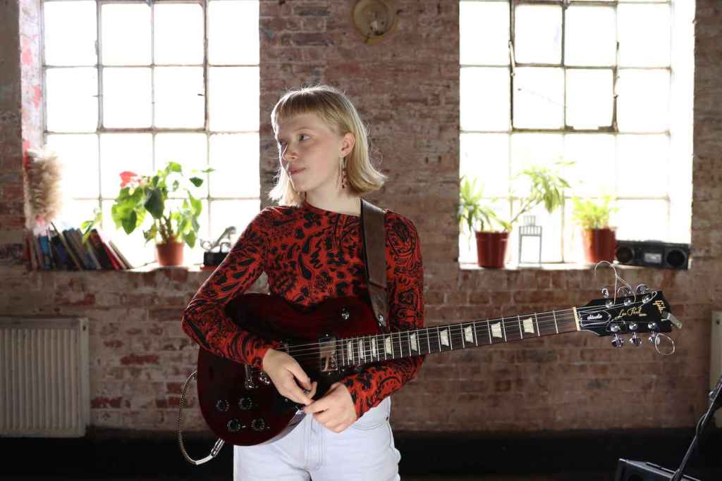Rosie Frater-Taylor Rotosound London jazz guitarist guitar player young neo soul neosoul pickup music pickupmusic pickupjazz total refreshment centre female