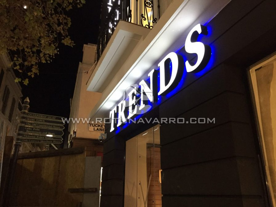 Letrero Trends con luz LED azul - Tienda ropa Gibraltar