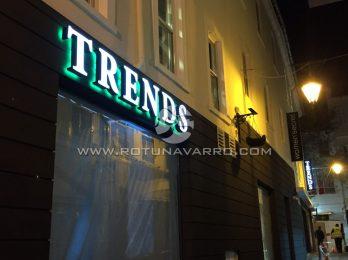 Letrero Trends con luz LED Verde - Tienda ropa Gibraltar