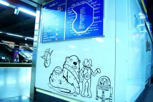 Vinilos de la instalación artística de 'La Banda del Rotu' en la estación de metro de Moncloa