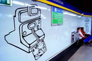 Vinilos de la instalación artística de 'La Banda del Rotu' en la estación de metro de Moncloa.