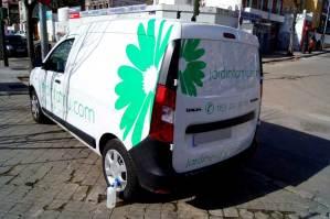 Así de bien nos quedó la rotulación de la furgoneta de Jardinfamu, empresa dedicada a la jardinería y el paisajismo.