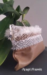 Pochette réalisée avec du cuir et au tricot
