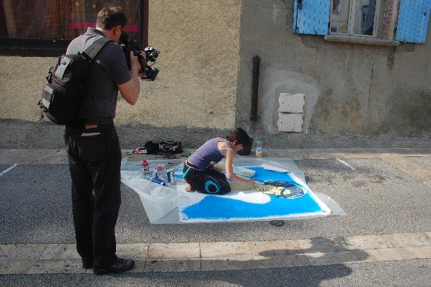 Les participants du concours de peinture sont filmés.