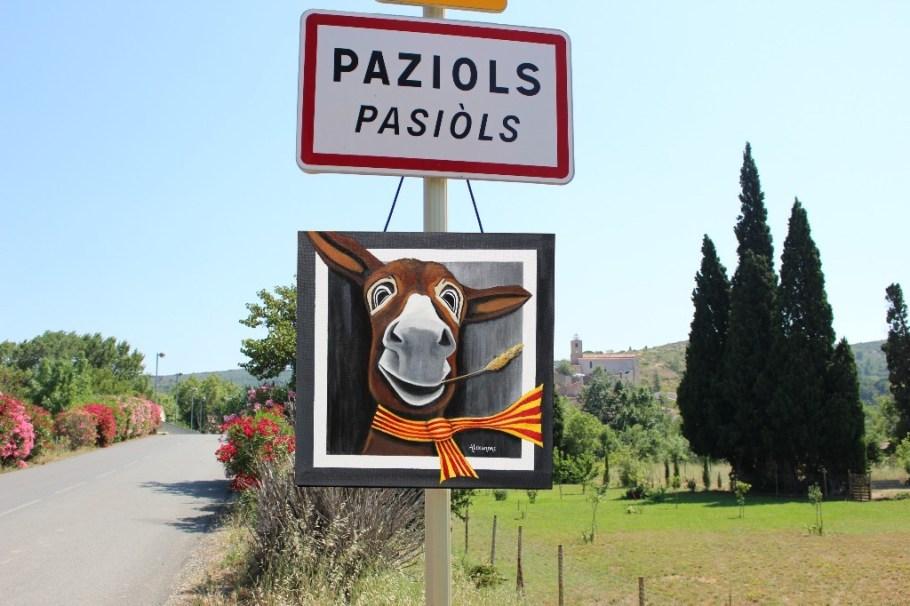 Célestin à l'entrée du village de Paziols dans l'aude