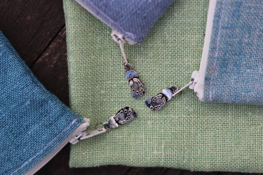Des breloques en forme de tongs sur les pochettes en tissu