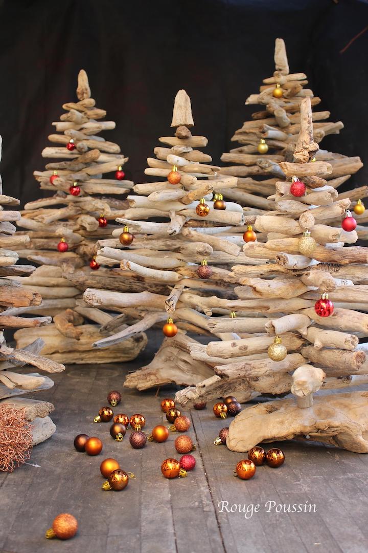 Les sapins en bois flotté sont décorés avec quelques boules de noël - Christmas trees decoration made of driftwood