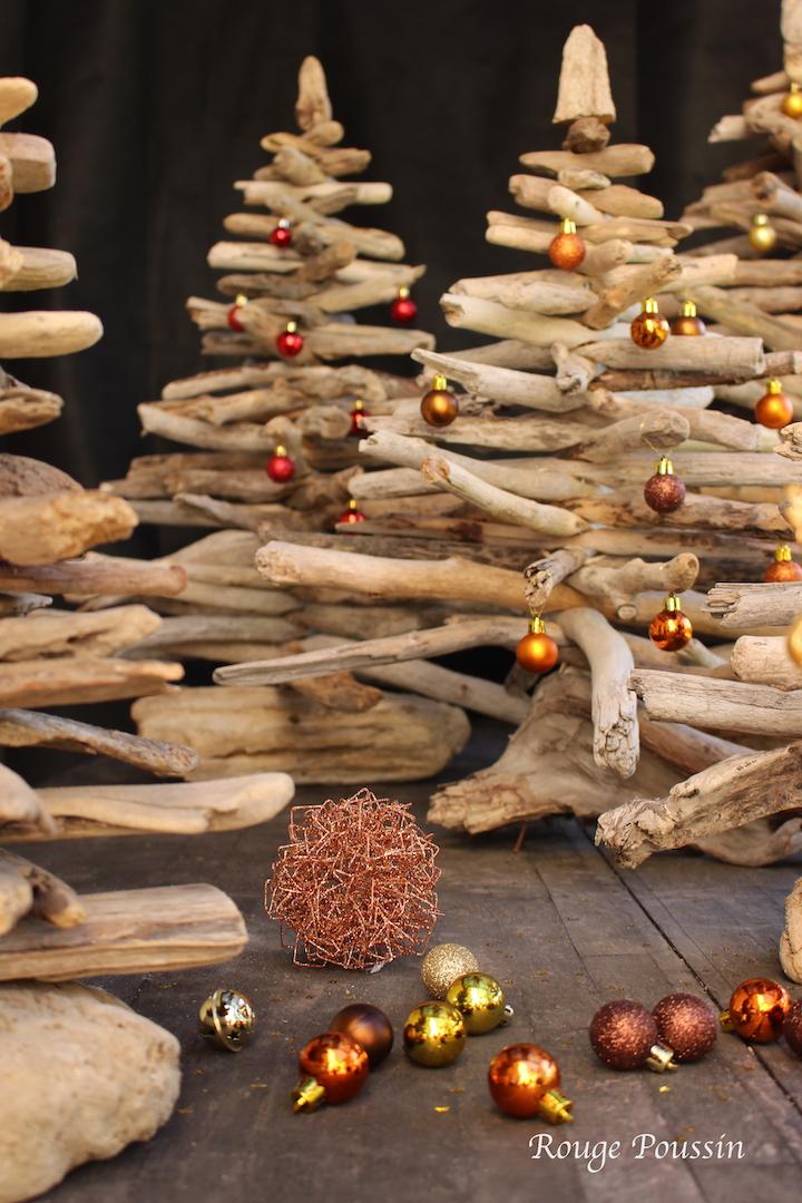 Décoration de quelques boules de noël pour ces sapins en bois flotté - Christmas trees made of driftwood