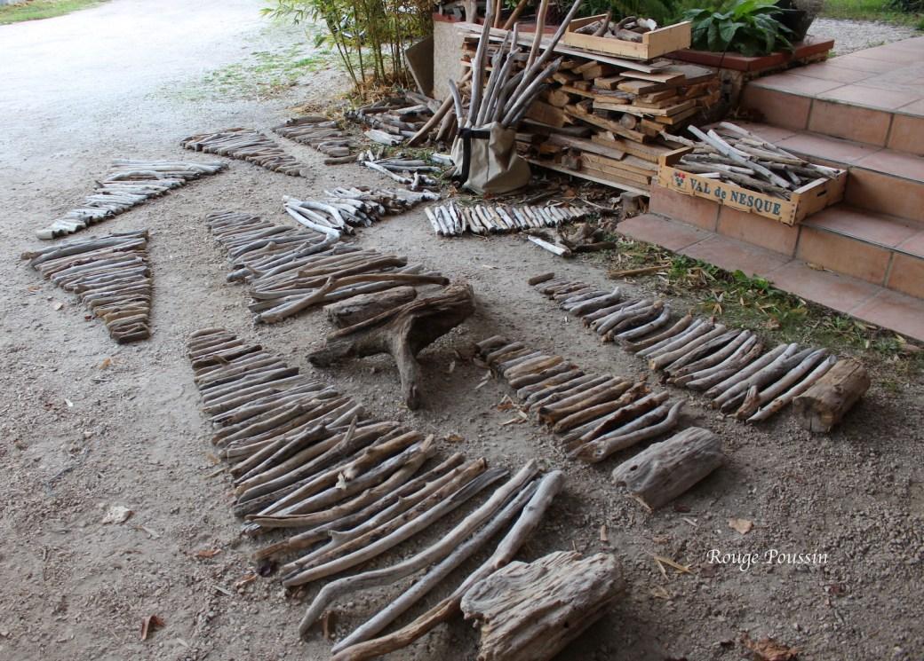 Préparation des sapins en bois flotté à même le sol -Christmas trees made of driftwood