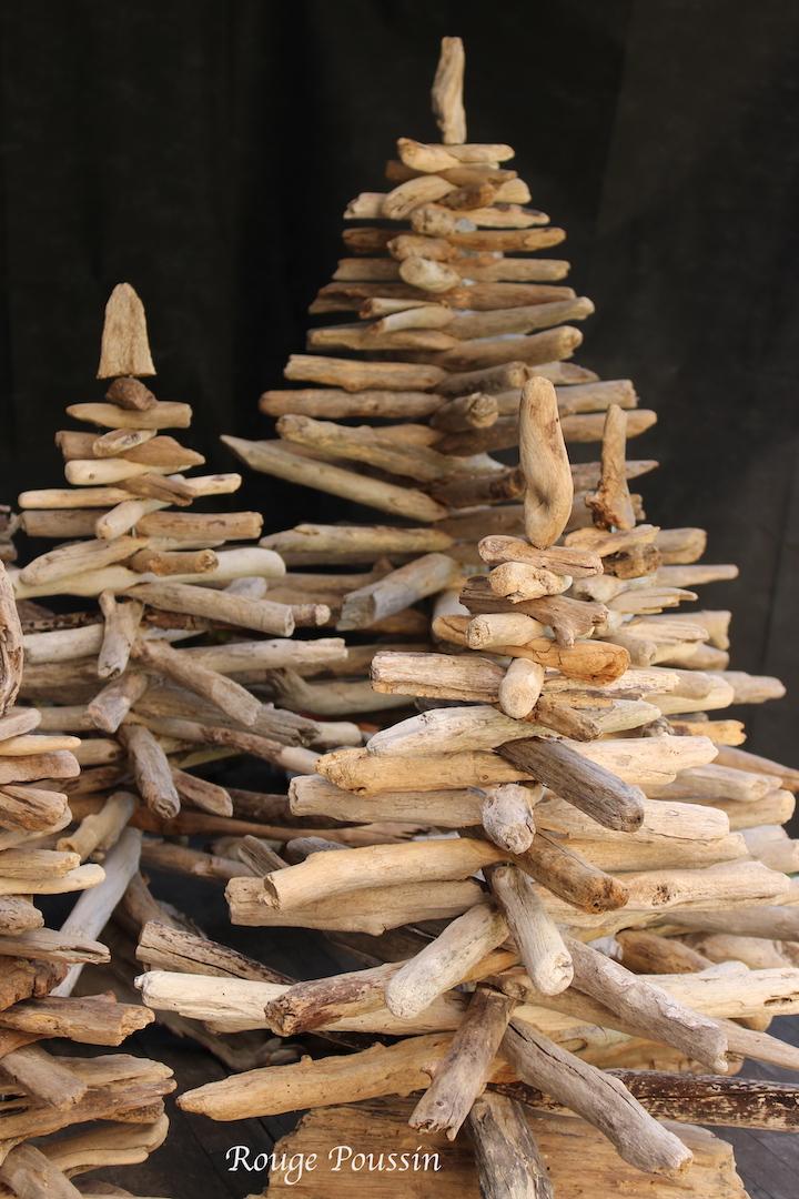 Les sapins en bois flotté présentés non décorés -Christmas trees made of driftwood