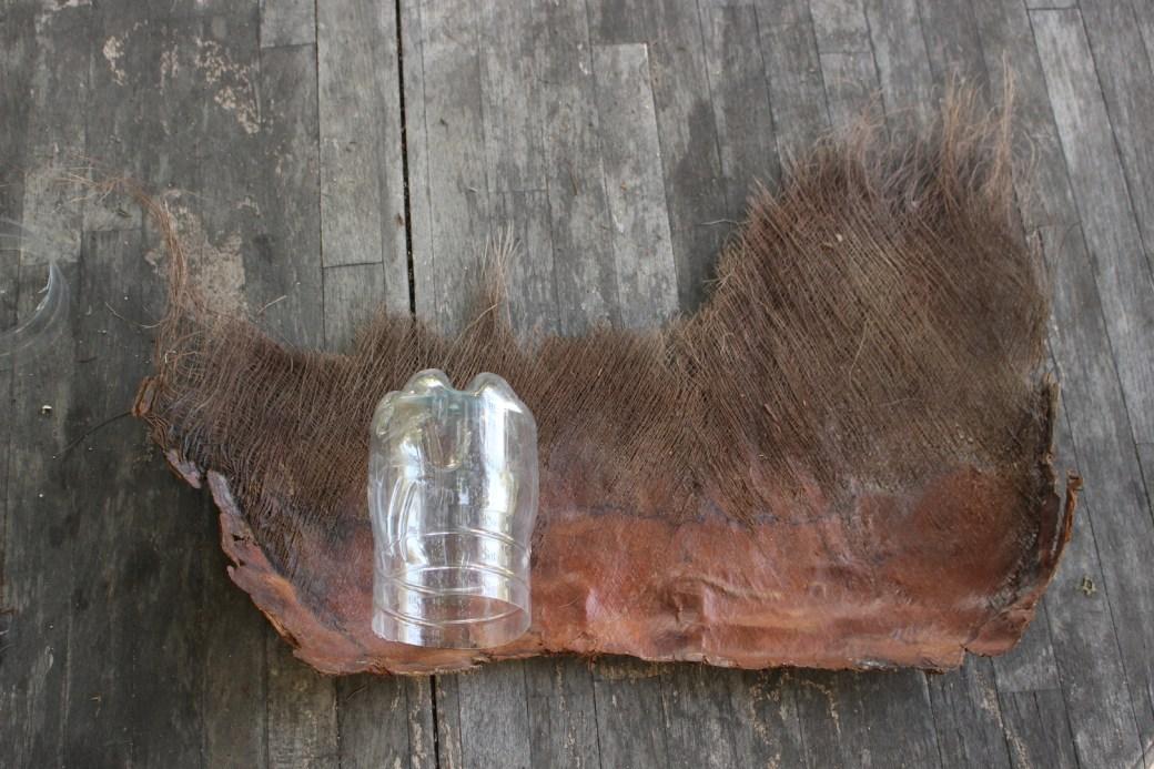 Première étape du DIY pour réaliser un cache-pot avec des fibres de palmier.