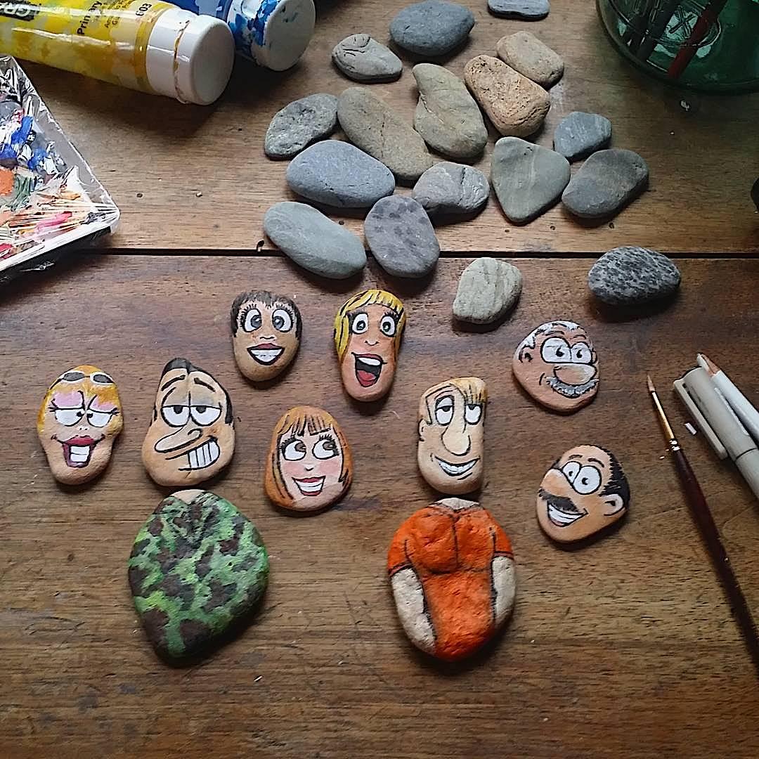 Des galets peints représentant des personnages