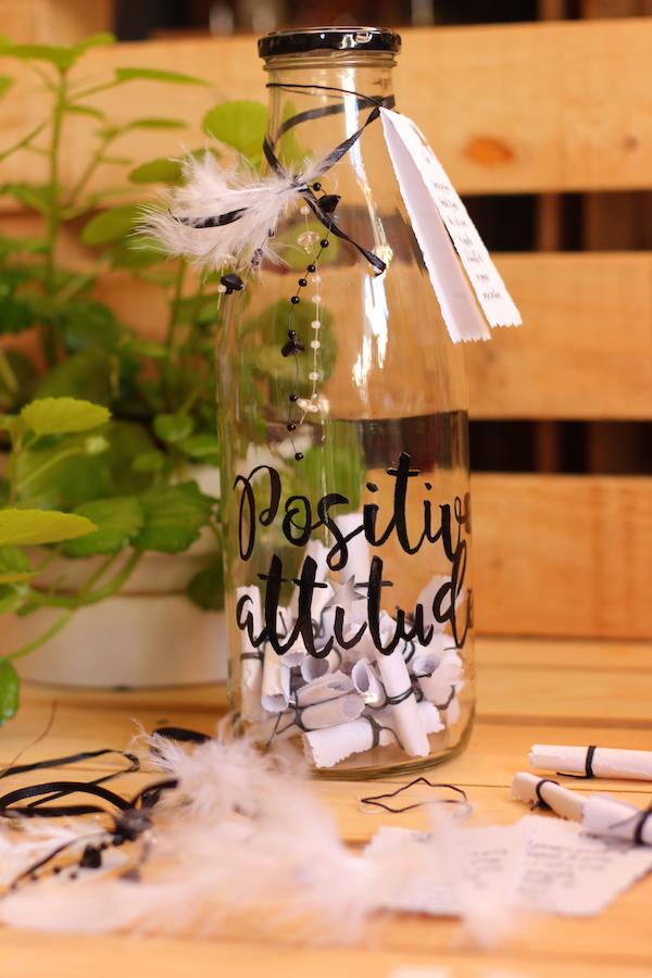 Des pensées positives joliment présentées dans une bouteille en verre
