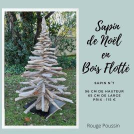 Sapin de Noël entièrement réalisé avec du bois flotté ramassé en bord de mer. Il mesure 96 cm de haut et 65 cm de large.