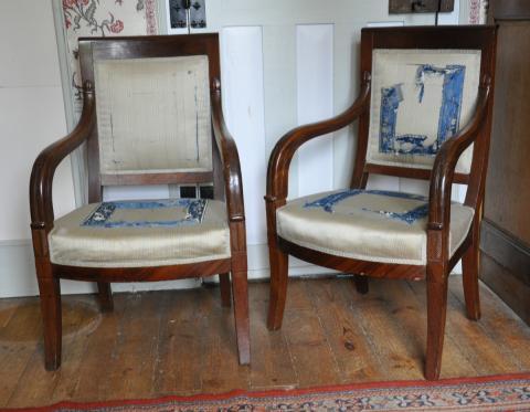 paire de fauteuils en acajou et placage d acajou dossiers legerement
