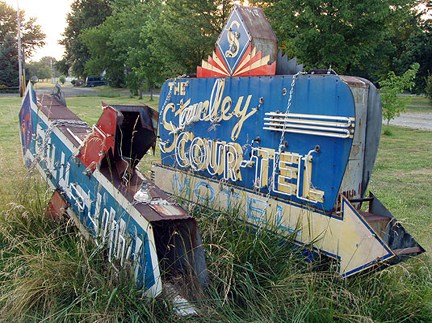 St. Robert begins restoration of Stanley Cour-Tel neon signs