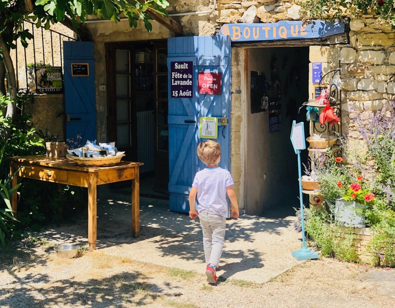Enfant devant boutique