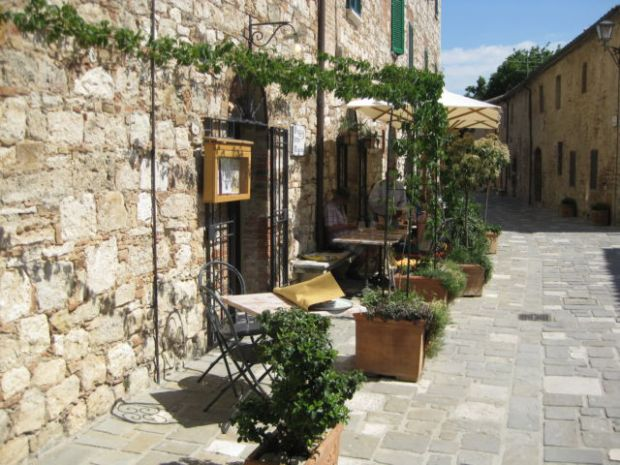 Bagno Vignoni street