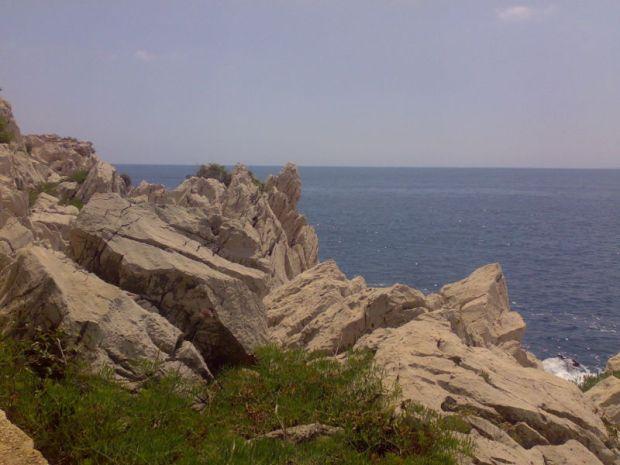 Walking around Cap-Ferrat, rocks from the path