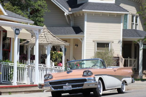 Los Olivos houses and car