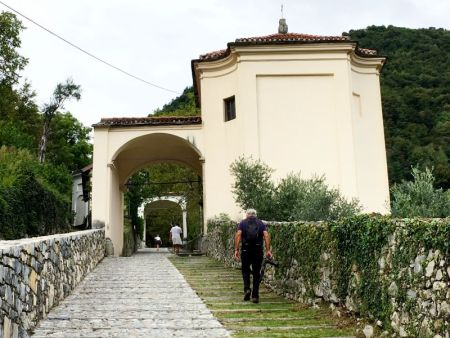 Walking to Monasterio Ossuccio, Lake Como