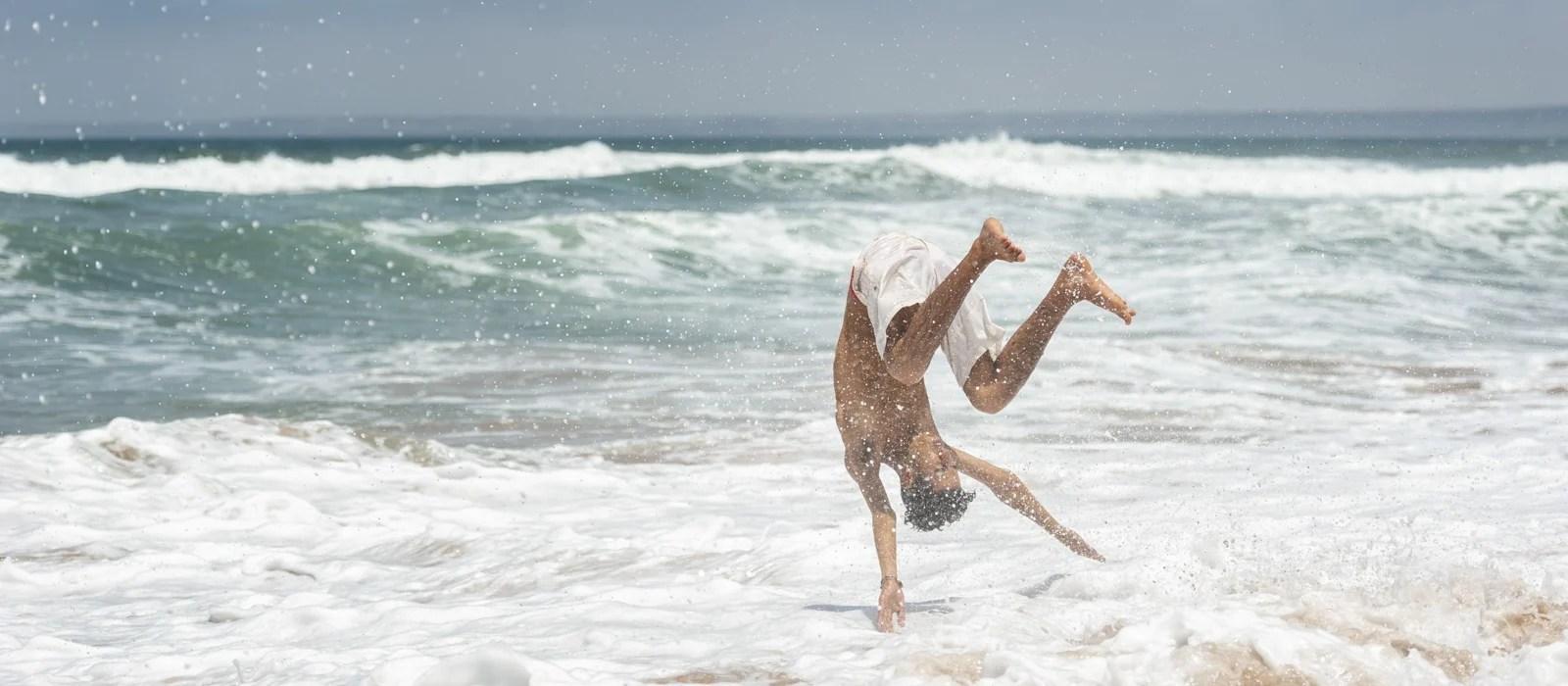 Un jeune marocain saute dans la mer près de Safi au Maroc - Les Routes du Monde