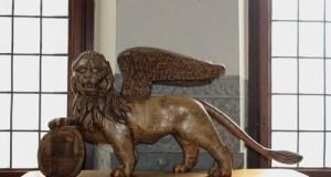 Il leone ligneo che si trova nella sala principale del municipio di Rovato