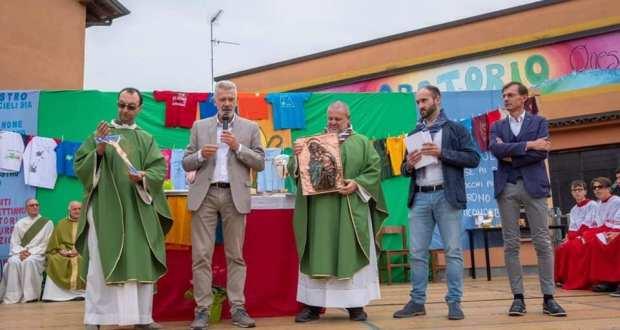 La cerimonia di saluto a don Gigi e don Valerio, foto da pagina ufficiale Comune di Rovato