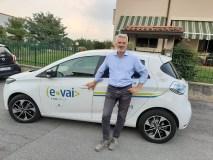 Il sindaco Belotti con l'auto elettrica in dotazione al Comune