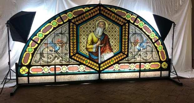 La vetrata della chiesa parrocchiale realizzata da Calca e Castelvedere, foto da pagina Facebook Comune di Rovato