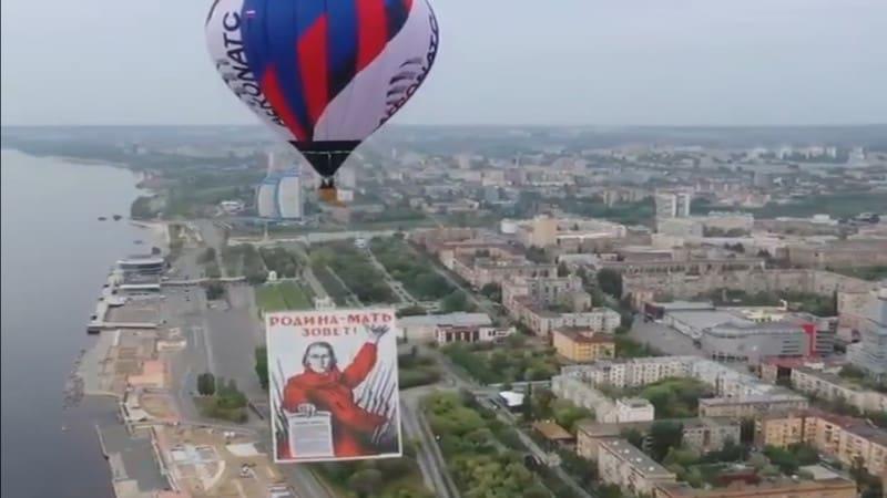 Αερόστατα με εικόνες του Στάλιν και του Ζούκοφ στον ουρανό του Στάλινγκραντ
