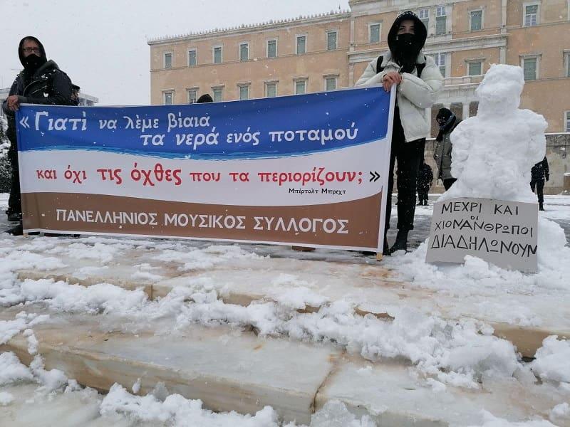 Ακόμα και οι χιονάνθρωποι διαδηλώνουν