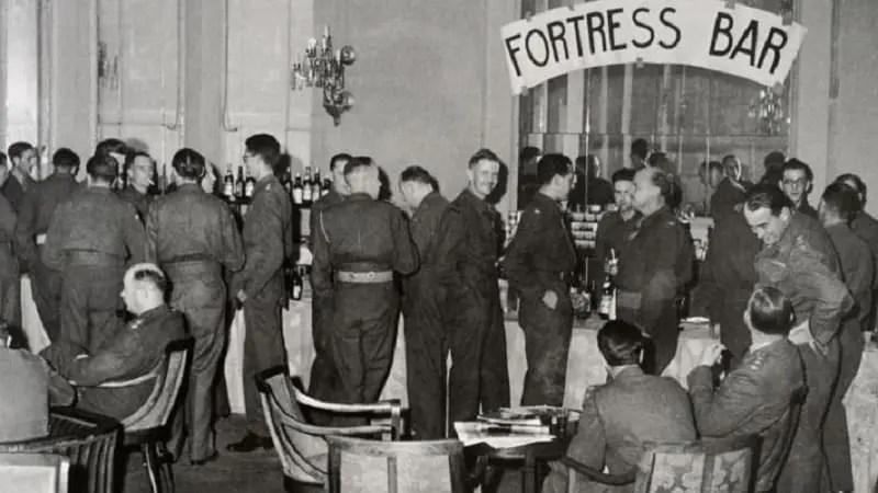 Άγγλοι αξιοωματικοί στο ξενοδοχέιο Μ. Βρετανία